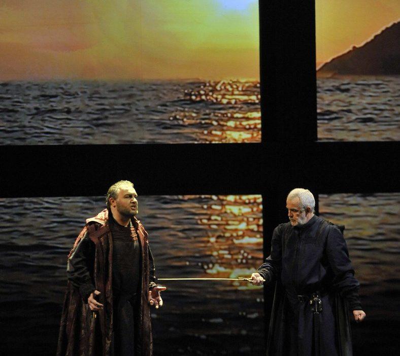 Simon Boccanegra- Teatro La Fenice di Venezia, 2014- Giacomo Prestia as Fiesco finale con piazzola sfondo mare