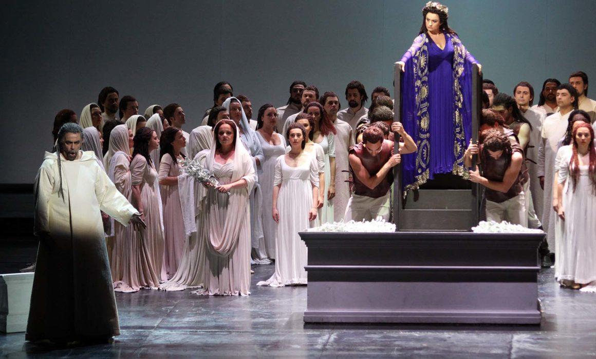 Giacomo Prestia nella Norma di Bari con coro e soprano