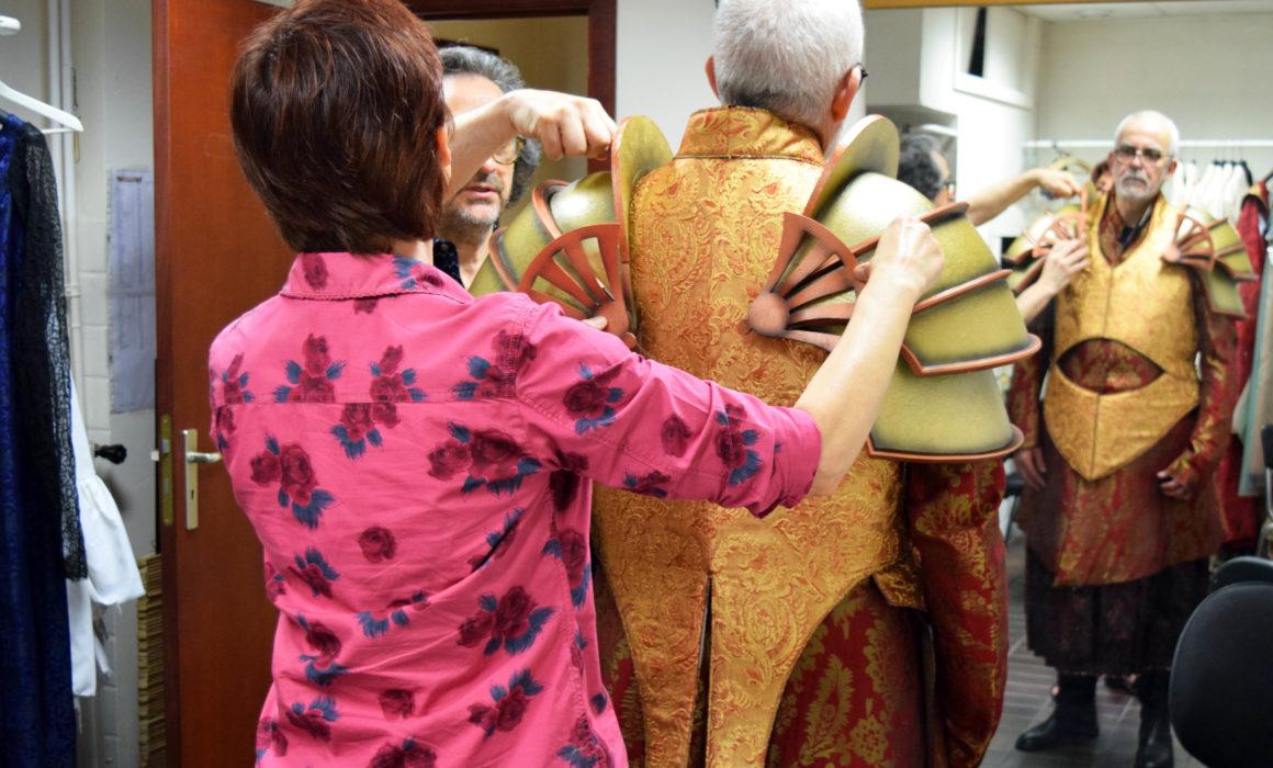 costumista aggiusta il costume a giacomo prestia, prova in camerino a liegi per macbeth