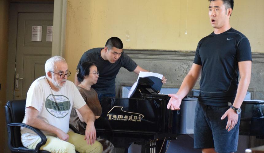 studiando tutti assieme accanto al pianoforte